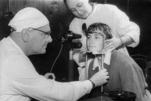 S. Magiļņickis darbā. Foto no P. Stradiņa Medicīnas vēstures muzeja krājuma
